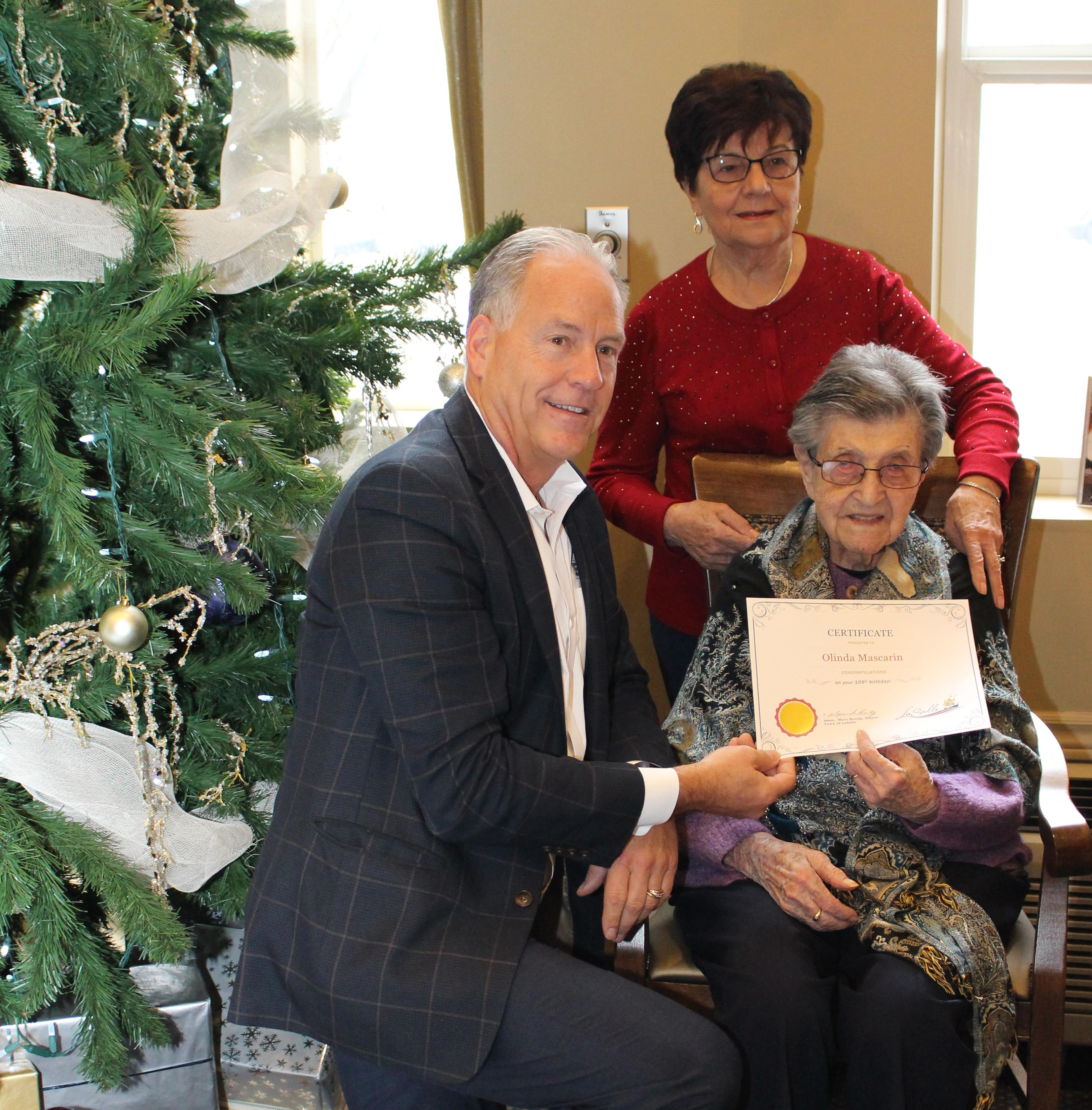Mayor Marc Bondy wishes Olinda Mascarin a happy birthday.